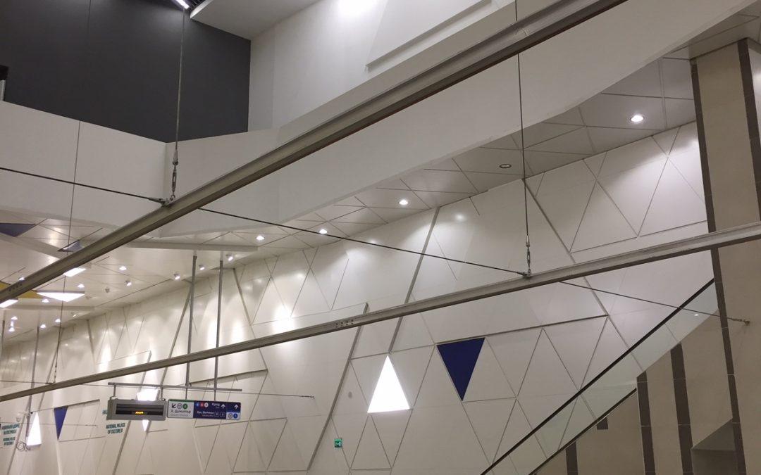 Изграждане на контактна мрежа на станции от Метролиния 3